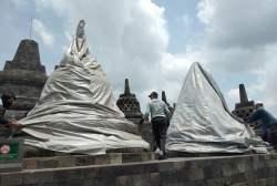 Antisipasi Hujan Abu Vulkanik Erupsi Gunung Merapi, Penutupan Stupa Candi Borobudur dengan Terpaulin Berlanjut
