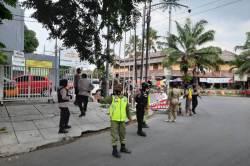 Dikawal TNI dan Polri, Satpol PP Copoti Spanduk Bergambar Habib Rizieq Shibab di Kota Solo