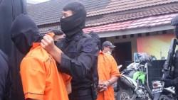 23 Terduga Teroris Jaringan Jamaah Islamiyah Tiba di Bandara Soekarno-Hatta. Kenakan Baju Tahanan Oranye, Wajah Ditutup, Tangan dan Kaki Diborgol
