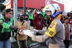 Kapolres Sragen Terjun Langsung ke Jalanan, Bagi-bagi Takjil Gratis