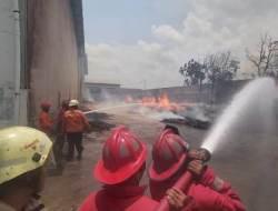 Diduga Akibat Bakar Sampah Sembarangan, Sebuah Gedung Gudang Keramik Nyaris Hangus Dihajar Ganasnya Bara Api