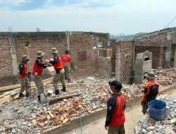 Satpol PP Kota Semarang Bongkar 34 Bangunan Liar di Simongan
