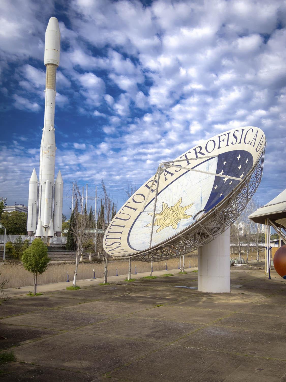 Schotel en raket van Expo '92 in Sevilla