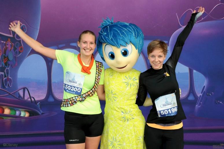 Op de foto met Disneycharacter Joy uit Inside Out tijdens de halve marathon in Disneyland Parijs