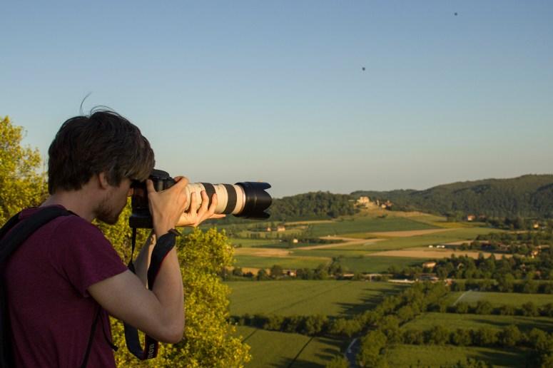 Hugo Schoonewille fotografeert in Beynac-et-Cazenac.