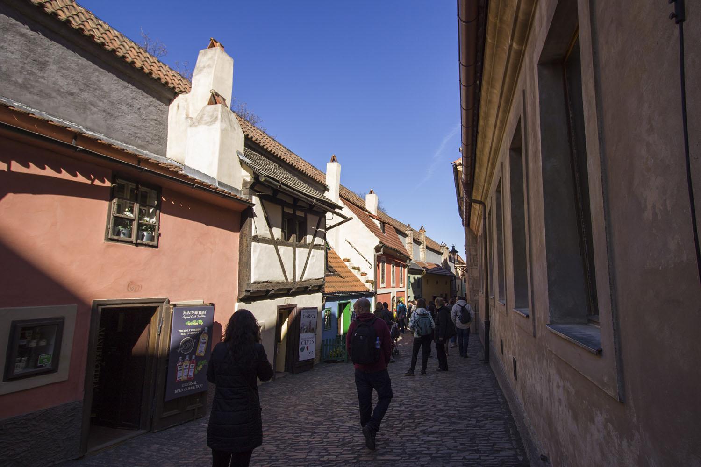 Het Gouden Straatje in de Praagse Burcht met schattige gekleurde huisjes.