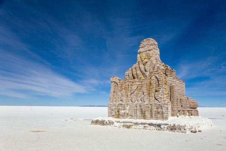 Het Dakarmonument op Salar de Uyuni in Bolivia gemaakt van zout.