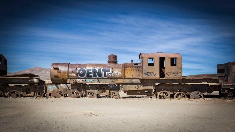 Een oude locomotief op Cementerio de Trenes in Bolivia