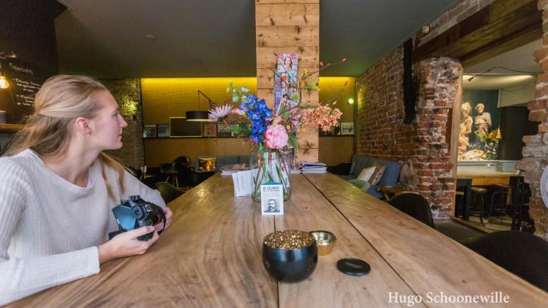 Meisje aan tafel met camera in café Laura & De Chef in Leeuwarden.