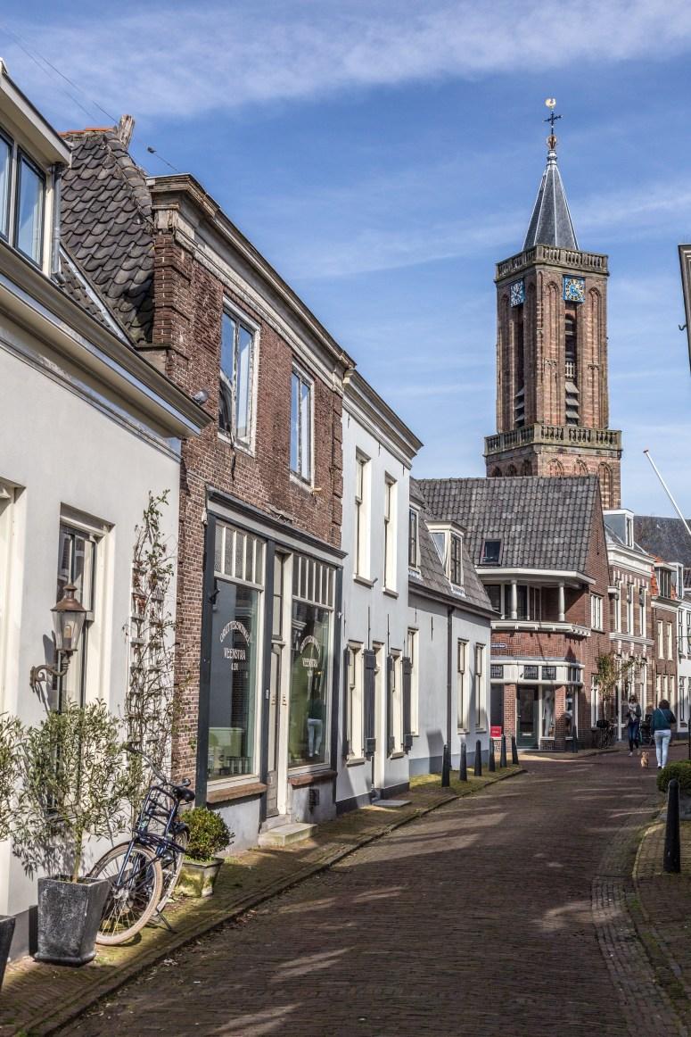Dorpstraat in Loenen aan de Vecht met de kerktoren op de achtergrond