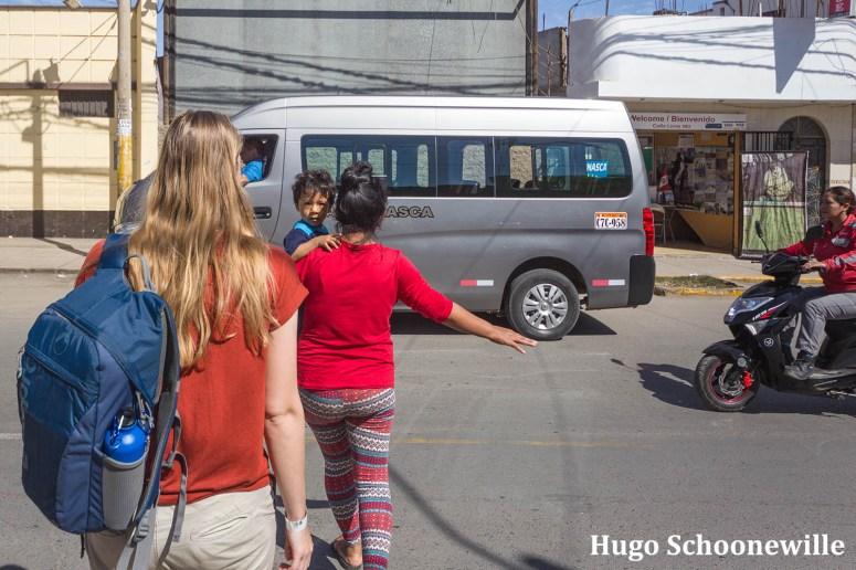 Vliegen over de Nazcalijnen: Manouk loopt richting een grijs busje om naar het vliegveld te gaan.