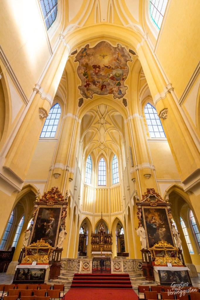 Kathedraal met lichtgele muren in Kutná Hora