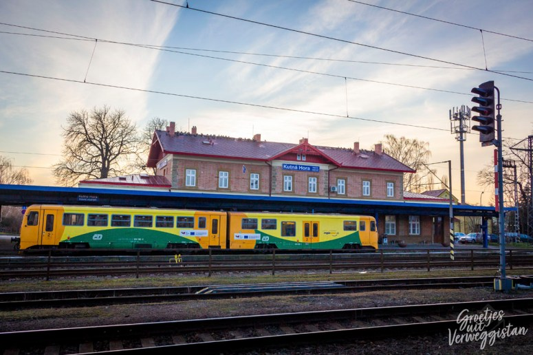 Station van Kutná Hora met een trein