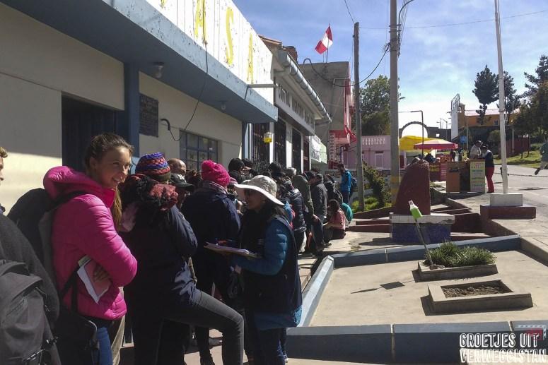 lange rij bij immigratiekantoor Peru