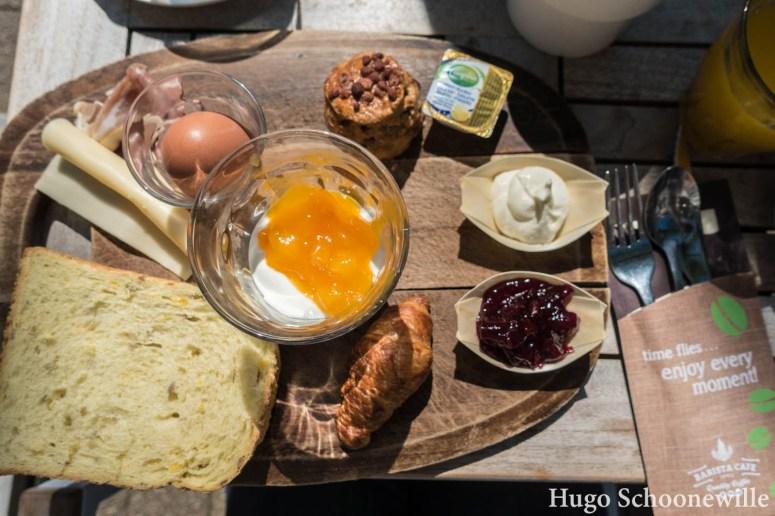 Het traditional breakfast van Barista Cafe in Zwolle, met een scone, brood, gekookt eitje en yoghurt.