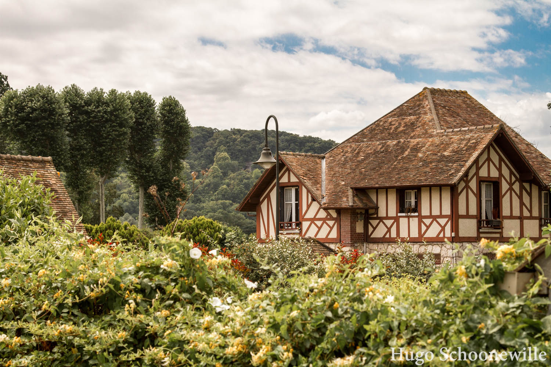 Groene tuinen met op de achtergrond een van de vele vakwerkhuizen in het Franse Giverny.
