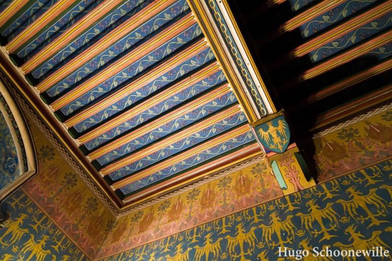 Gekleurde plafonds en muren met drukke prints in Château de Pierrefonds bij Compiegne.