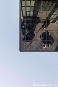 Moderne architectuur in Medienhafen met weerspiegeling