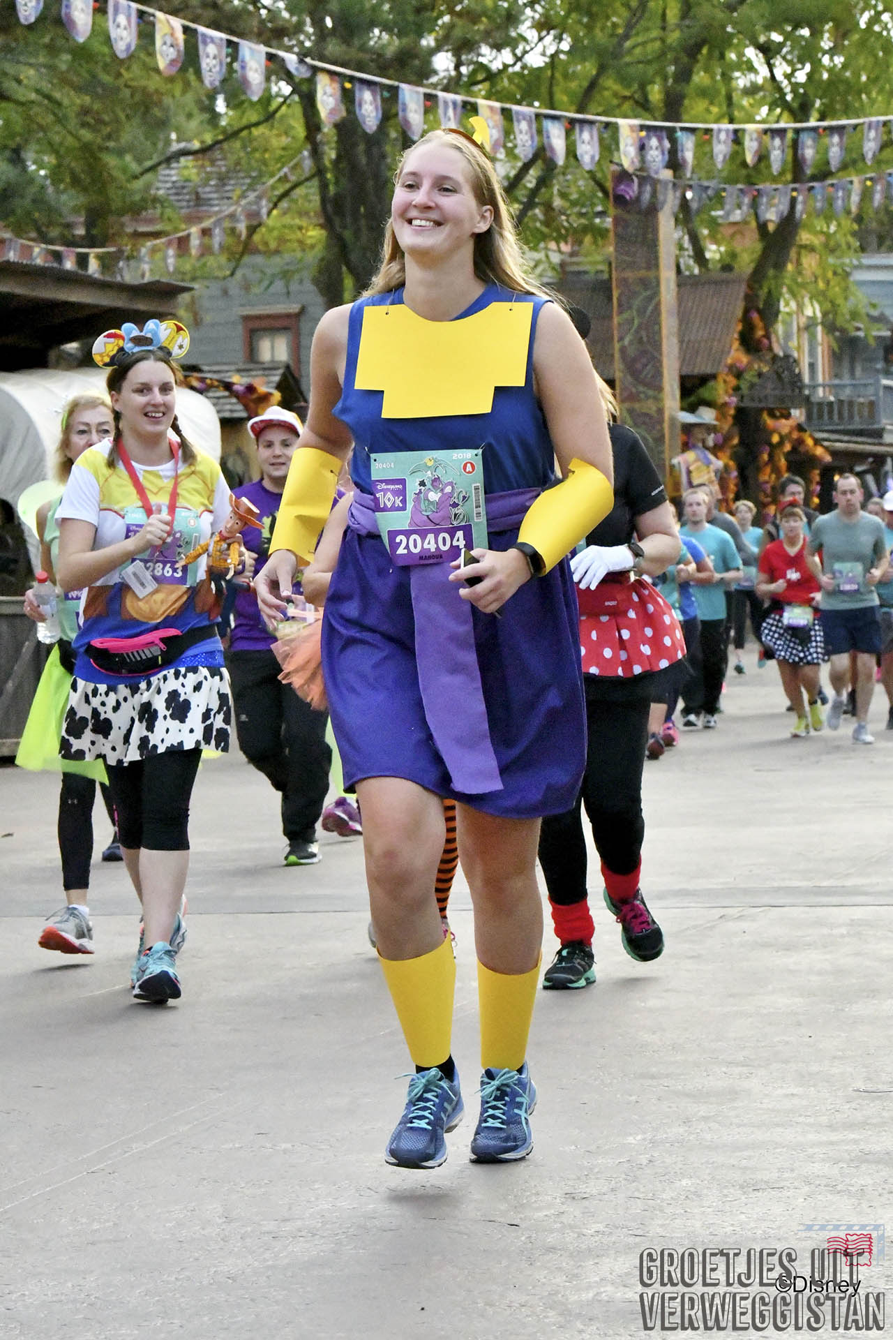 Hardlopen door Frontierland verkleed als Kronk tijdens het Magic Run Weekend