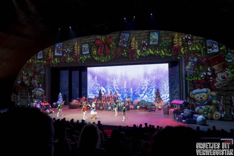 Donald Duck op het podium tijdens de kerstshow Merry Jolly Jingles in Disneyland Parijs.