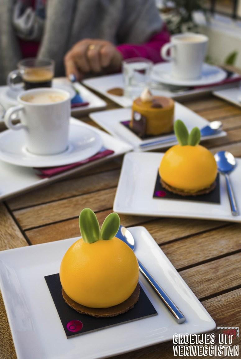 Gekleurde, mooie taartjes en koffie bij Sabor in Altea.