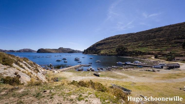 Uitzicht over het haventje van Yampupata op het schiereiland bij Copacabana in Bolivia. Uitzicht over het Titicacameer.
