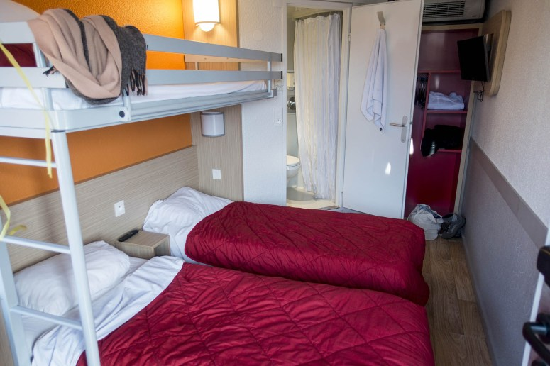 Kamer voor drie personen met stapelbed en badkamer in Premiere Classe Marne la Vallée - Torcy: goedkope hotels bij Disneyland Parijs.