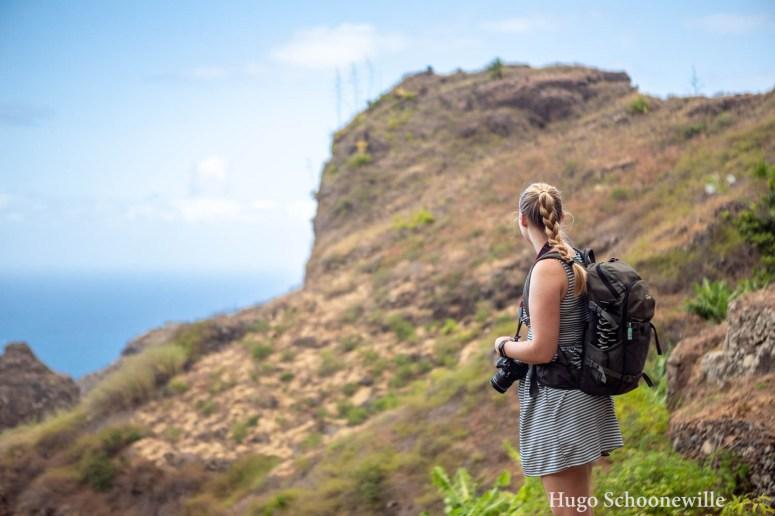Meisje kijkt uit over het landschap en de plantages bij Lombo Branco op Santo Antão op Kaapverdië.