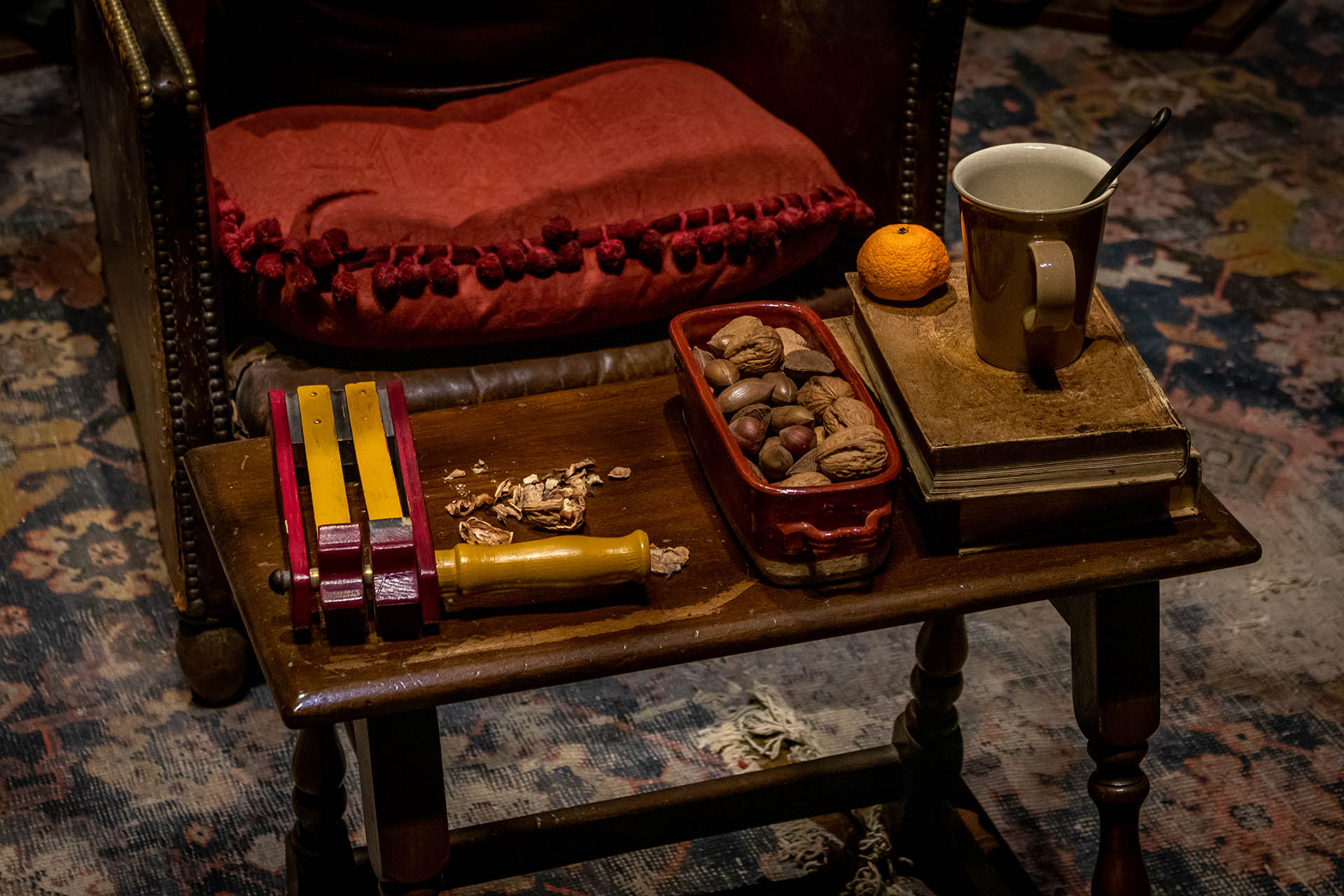 Notenkraker op tafel in de leerlingenkamer van Gryffindor in de Studio Tour van Harry Potter