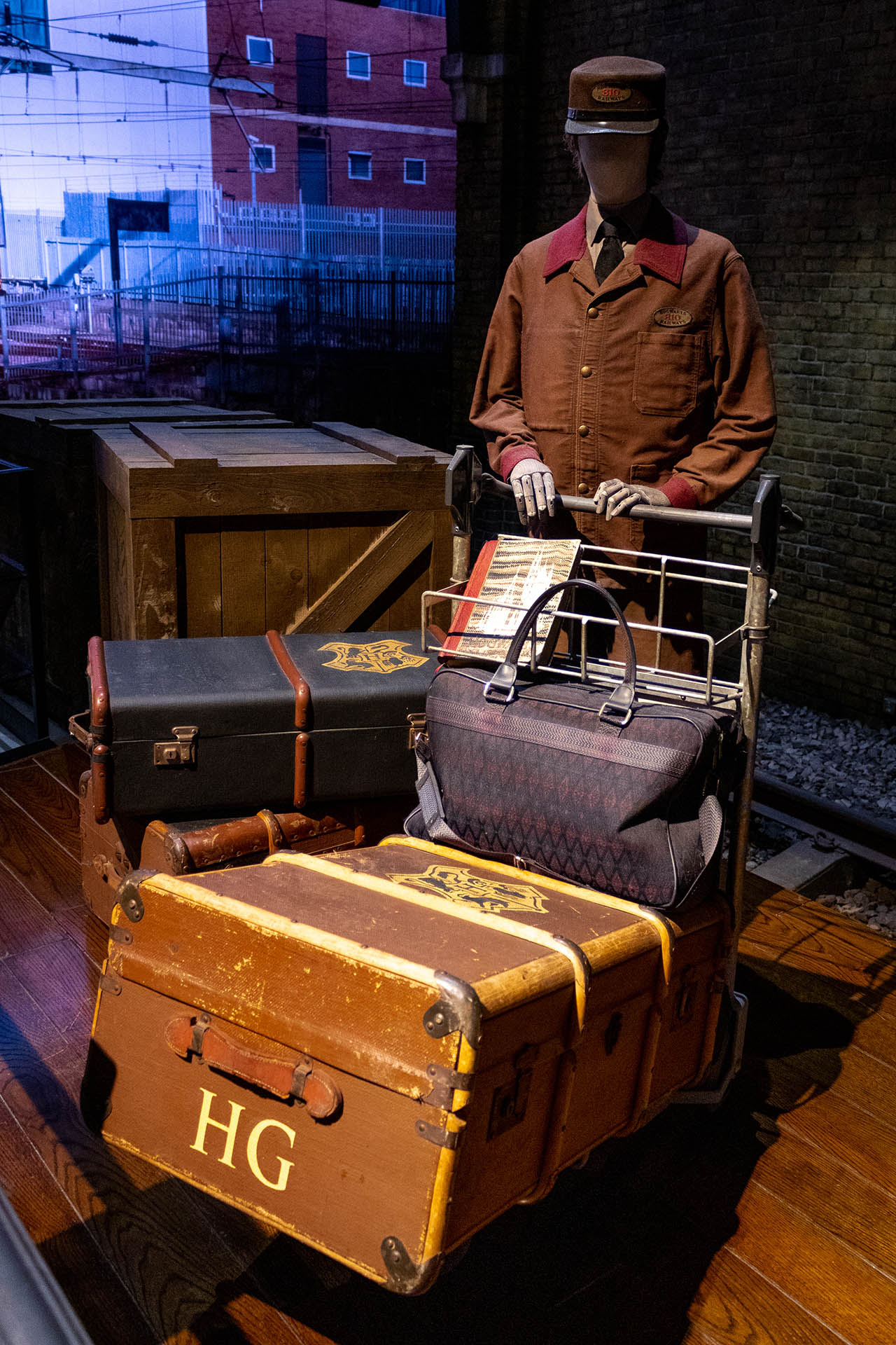 Pop met een trolley met hutkoffers in de Harry Potter Studio Tour