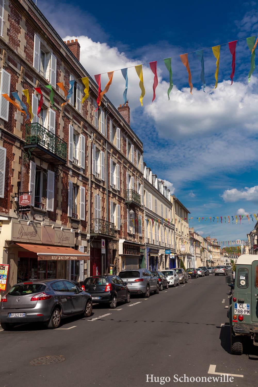 De vrolijke straten van Chantilly met vlaggetjes in allerlei kleuren