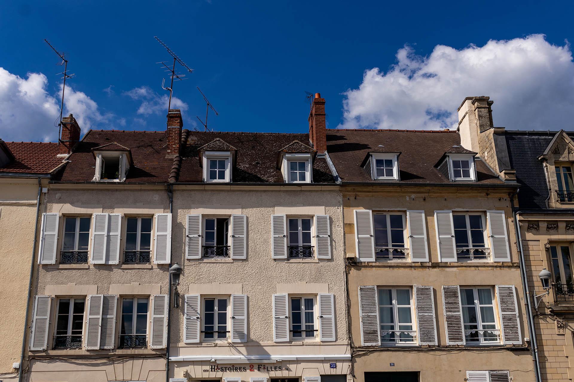 De gevels van de Franse huizen in het dorp Chantilly in Frankrijk