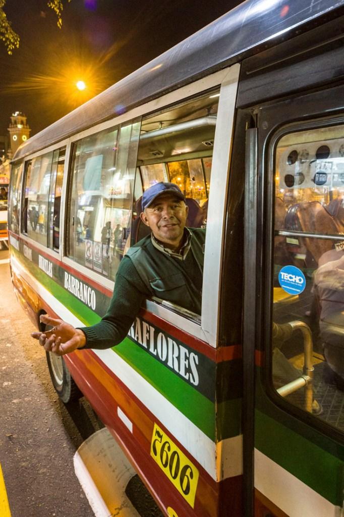 Buschauffeur uit een raam van een bus in Lima