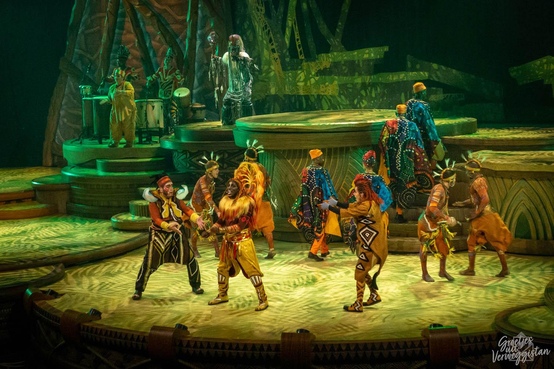 Simba, Timon en Pumbaa tijdens de show The Lion King: Rhythms of the Pride Lands in Frontierland Theater.