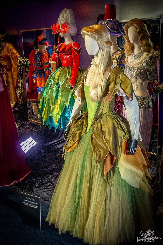 Kledingtentoonstelling met oude kostuums zoals groene jurk uit Cinemagique tijdens Heritage Days in Disneyland Paris