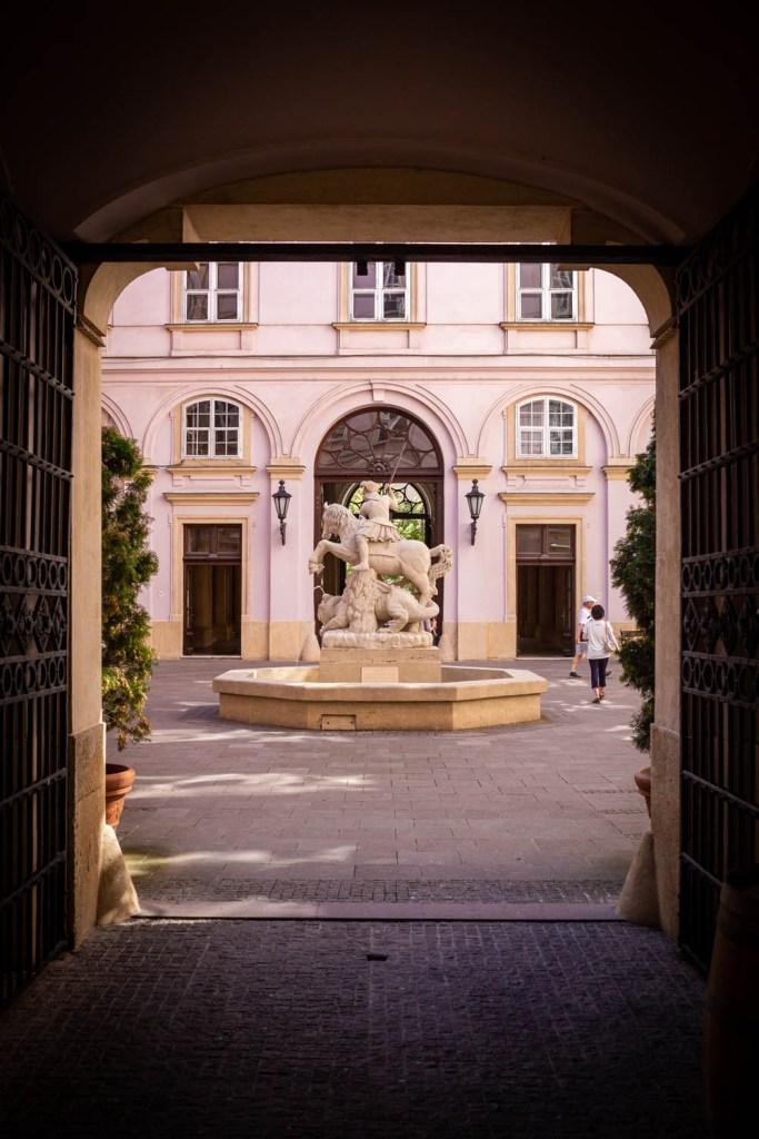 Primate's Palace of het paleis van de aartsbisschop in Bratislava: doorkijkje naar het binnenplein