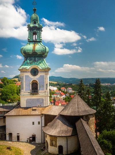 Het oude kasteel van Banska Štiavnica met de wit-blauwe toren en kasteelmuren in het dorp Banska Štiavnica in Slowakije.