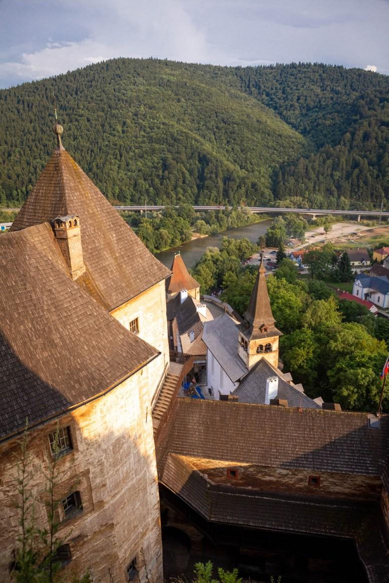 Uitzicht vanaf het uitzichtpunt in het kasteel van Orava in Slowakije
