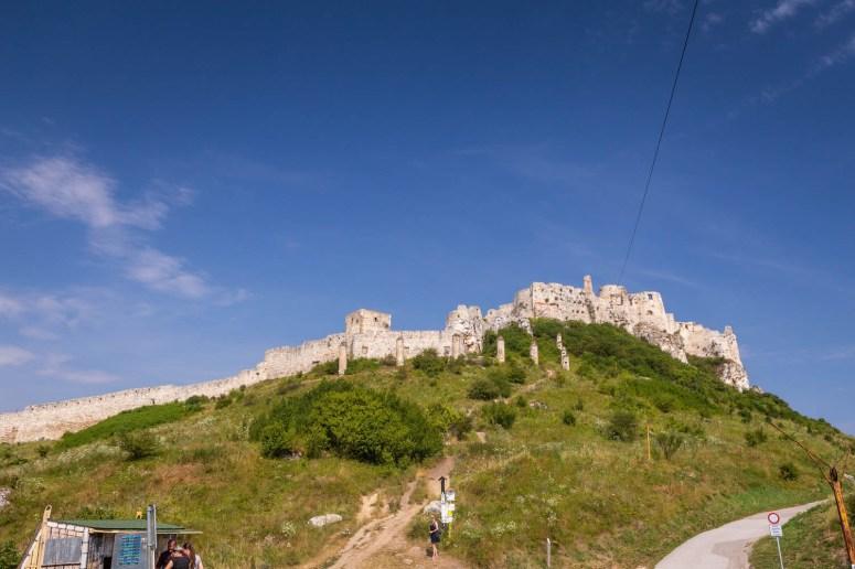 Het kasteel Spišský hrad in Slowakije is een ruïne op een berg bij het dorp Spiš.