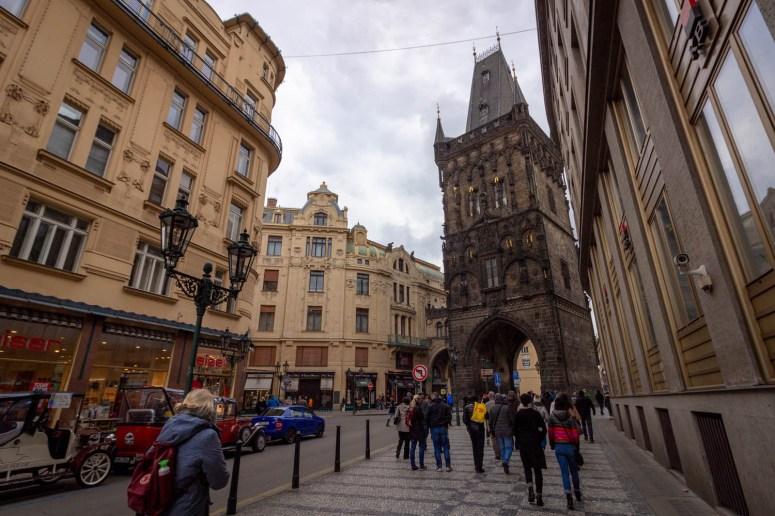 De kruittoren in Praag aan het einde van de straat