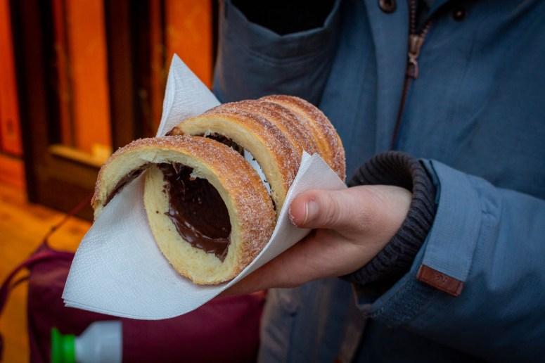 Een trdelník gevuld met chocolade op een servet.