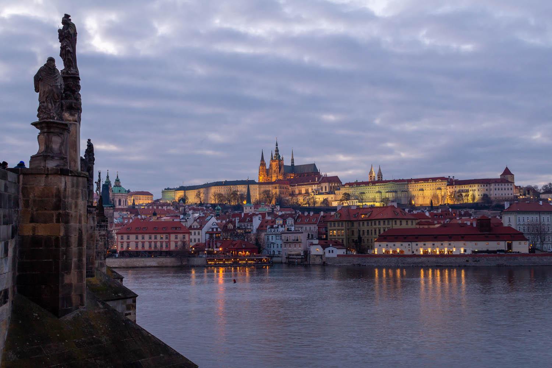 Uitzicht over de Moldau en de kathedraal in de burcht van Praag vanaf de andere zijde in de schemering.
