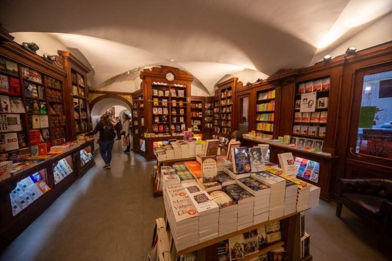 De binnenzijde van boekwinkel Livreria Bertrand in Lissabon