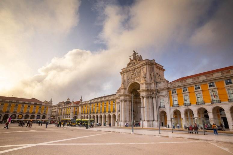 Het plein Praça do Comércio met de rijk versierde poort Arco da Rua Augusta.