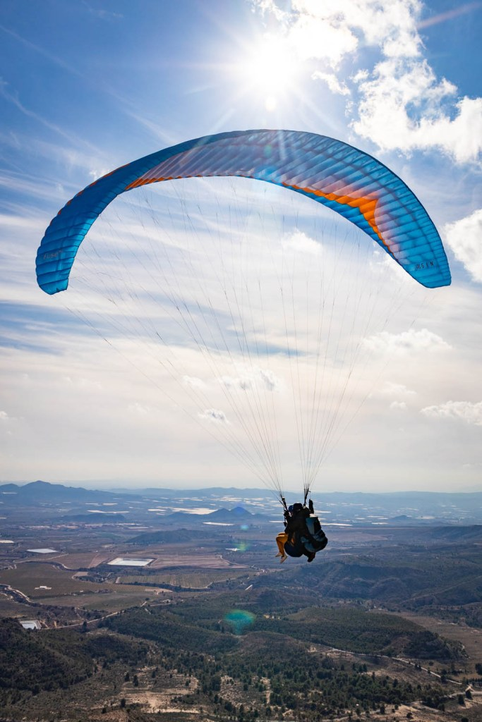 Manouk met piloot aan het paragliden over Agost aan de Costa Blanca in Spanje