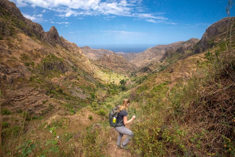 Manouk loopt van steile helling omlaag met een prachtig uitzicht over de Gongon vallei op Santiago.