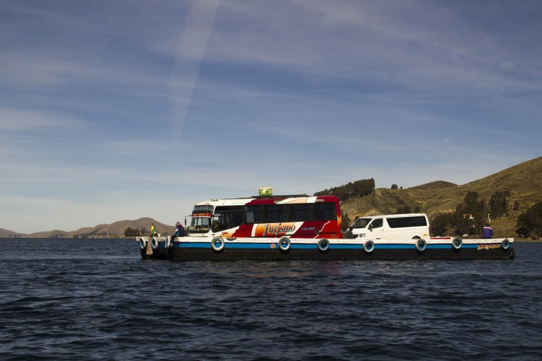 Bus op een veerpont over het Titicacameer