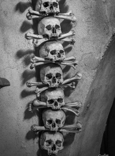 Rij van schedels langs de muur in Kutna hora