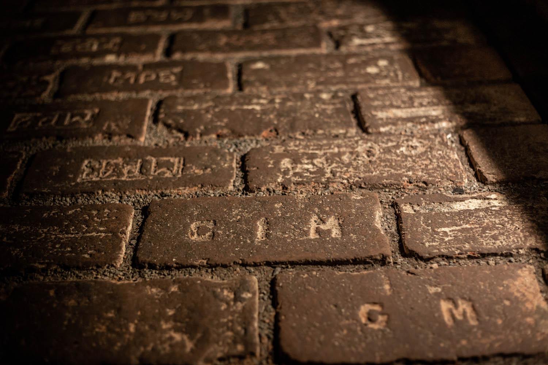 Teksten in de stenen vloer gekerfd in de kelders van Brno