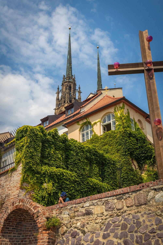 De kathedraal van Brno gezien vanuit het park Denis met begroeide muur en kruis